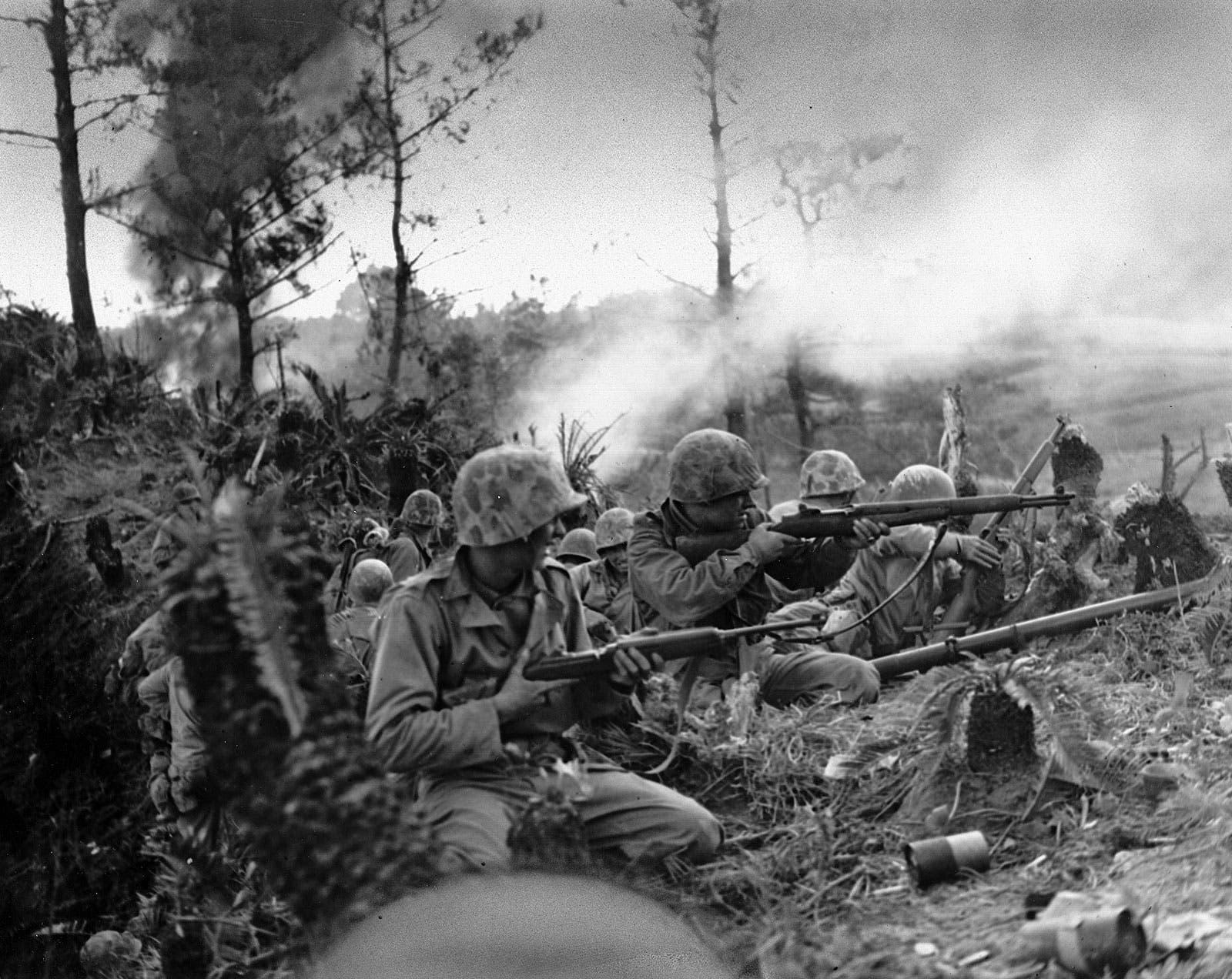 صورة لجنود أميركيين على ساحة المحيط الهادئ بالحرب العالمية الثانية