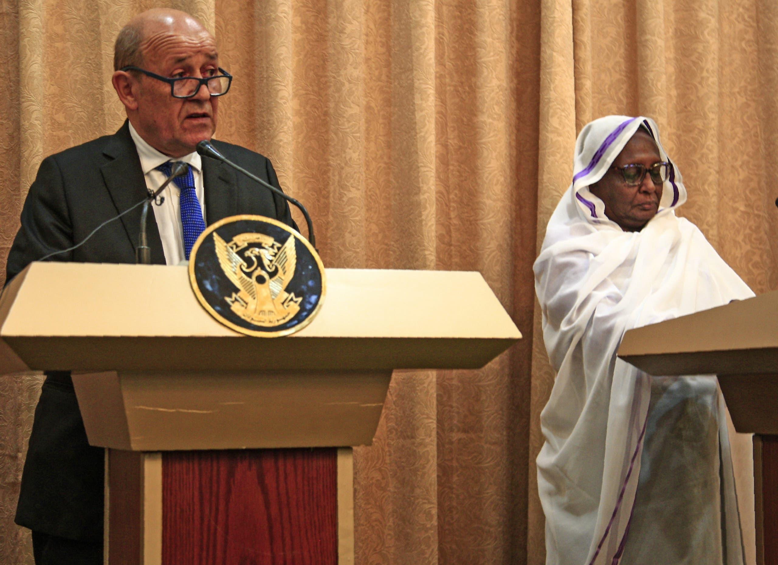 وزير الخارجية الفرنسي ايف لو دريان ونظيرته السودانية أسماء عبد الله (فرانس برس)