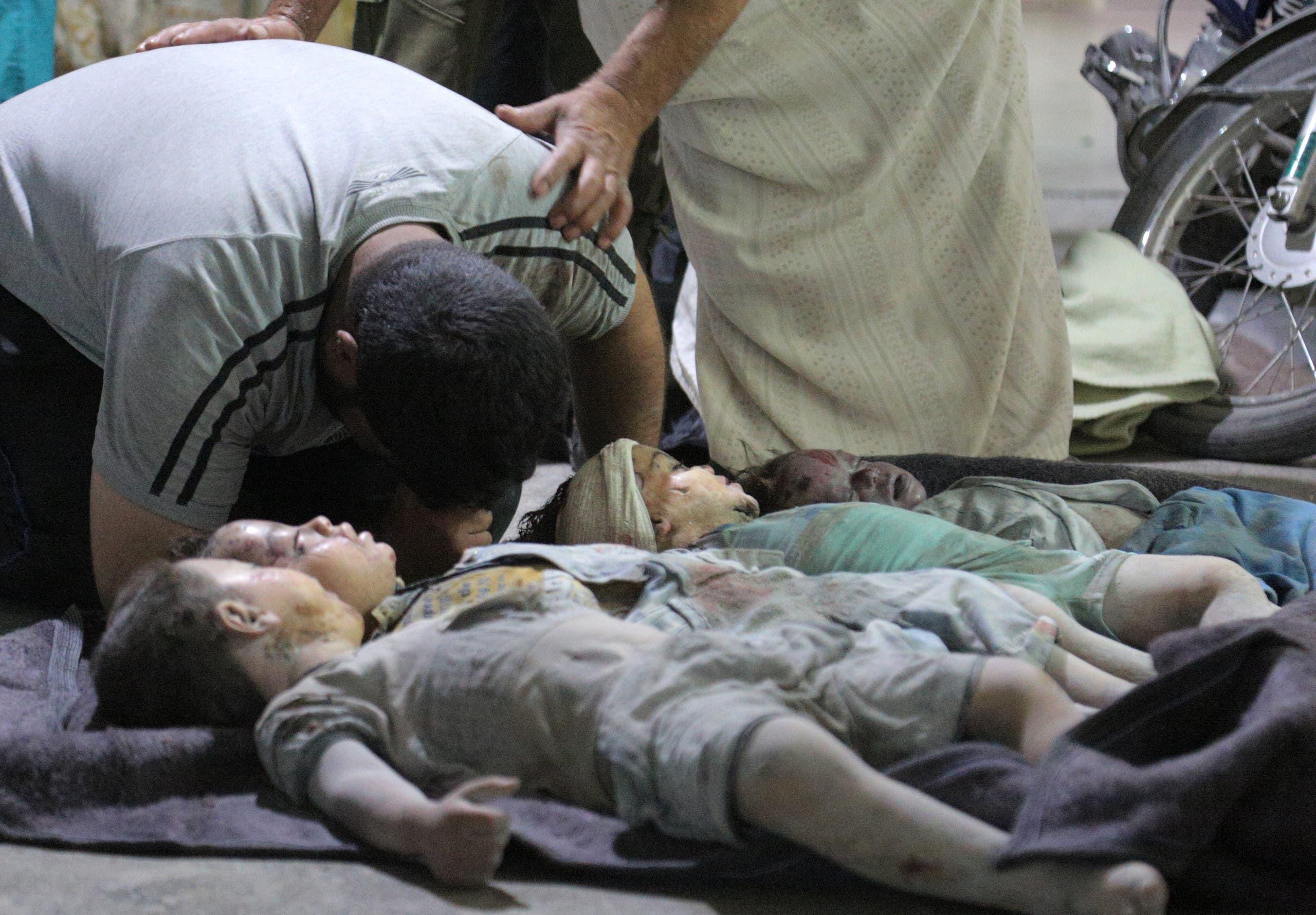 سوري يبكي على أطفاله الذين قضوا في غارة بإدلب في أغسطس الماضي