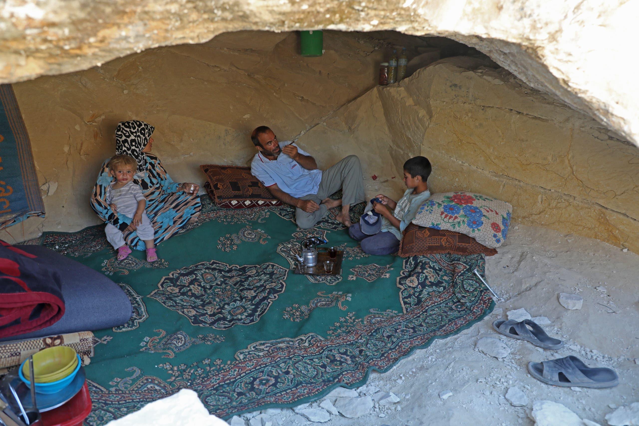 نازحون من إدلب اتخذوا من مغارة مأوى من القصف