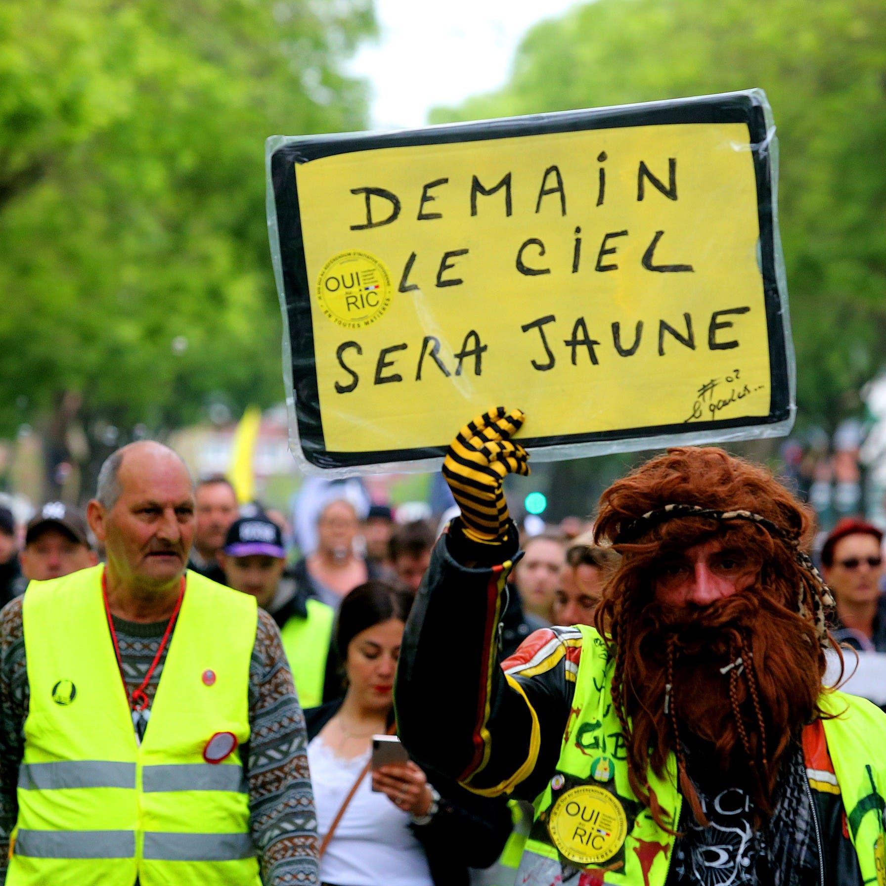في أول ذكرى لحراك السترات الصفر.. تظاهرات غداة صدامات بباريس