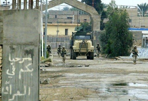 من معبر القائم على الحدود العراقية السورية(فرانس برس)
