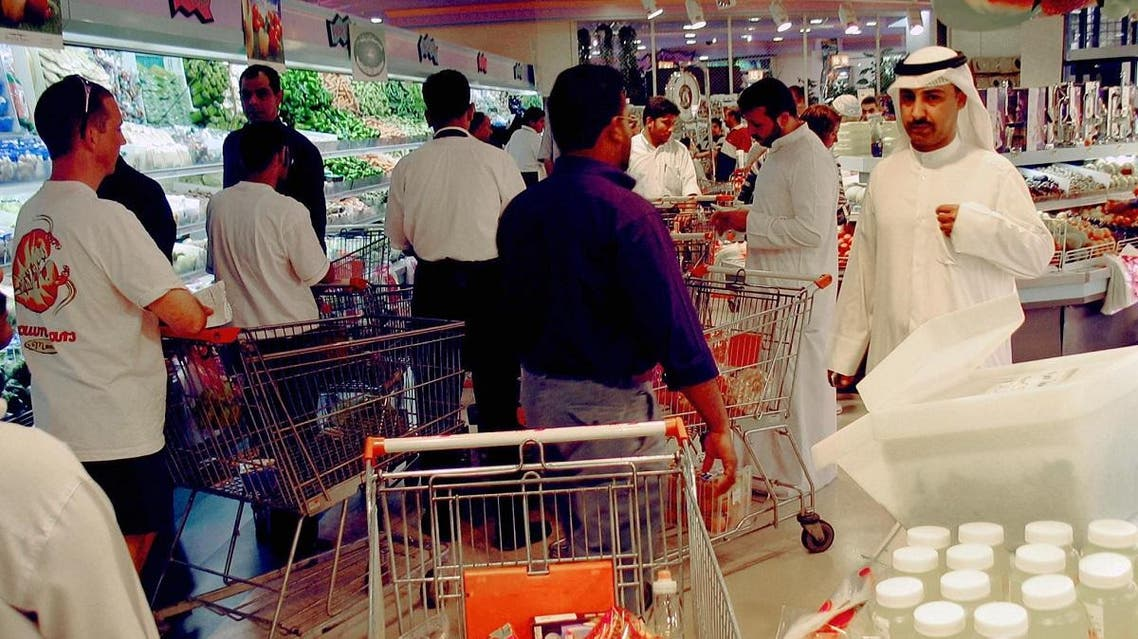 Kuwaitis fill an aisle on a the produce department of a local supermarket. (File photo: AFP)