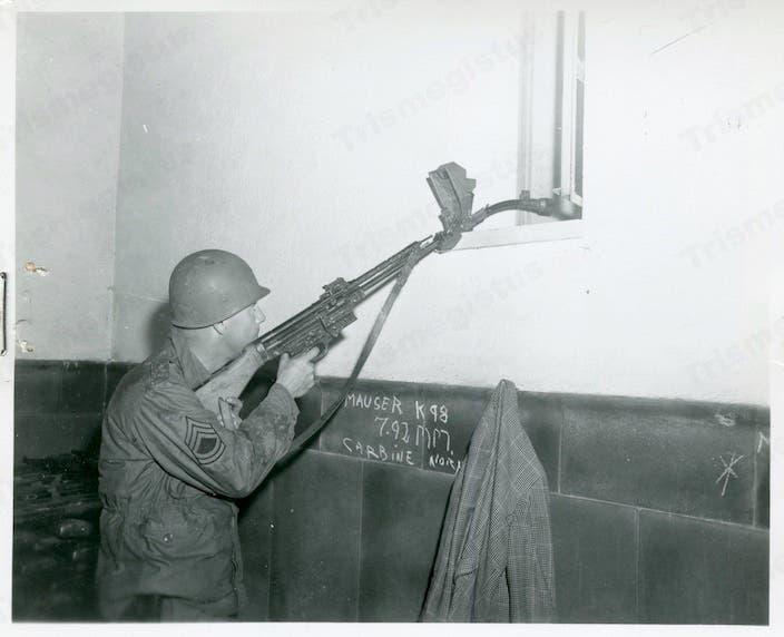 صورة لرشاش ألماني مزود بسبطانة منحنية أثناء تجربته من قبل الأميركيين