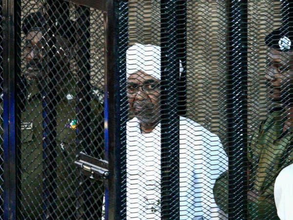 حكومة السودان تحت الضغوط... هل يسلم البشير إلى لاهاي؟