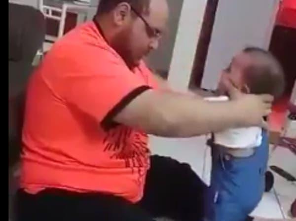 شاهد.. فيديو مفزع لأب يعذب طفلته الرضيعة بوحشية