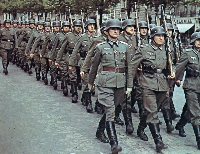 صورة لجنود ألمان خلال أحد الإستعراضات العسكرية في خضم الحرب العالمية الثانية