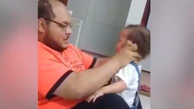 """شرطة الرياض تعلن القبض على """"معذب طفلته"""""""