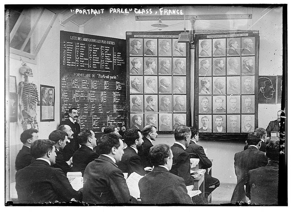 صورة تعود للعام 1911 تجد عملية تدريس نظام برتيون لعدد من أفراد الشرطة الفرنسية