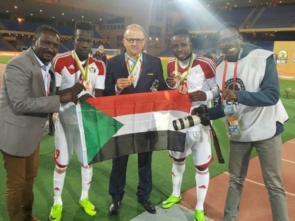 مدرب السودان يفجر مفاجأة: فيفا حوّل صوتي من صلاح لميسي