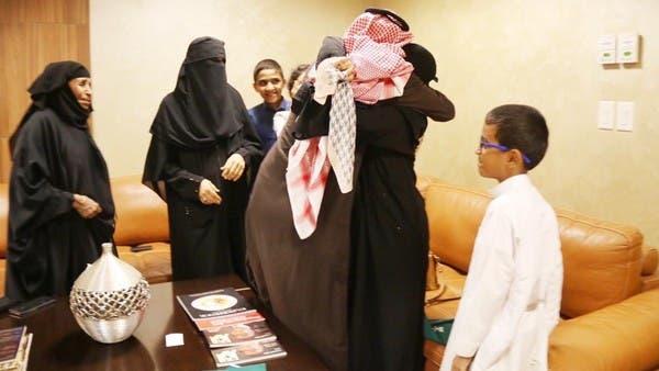 شاهد.. فرحة سعودي حُرّر من سجون الحوثي