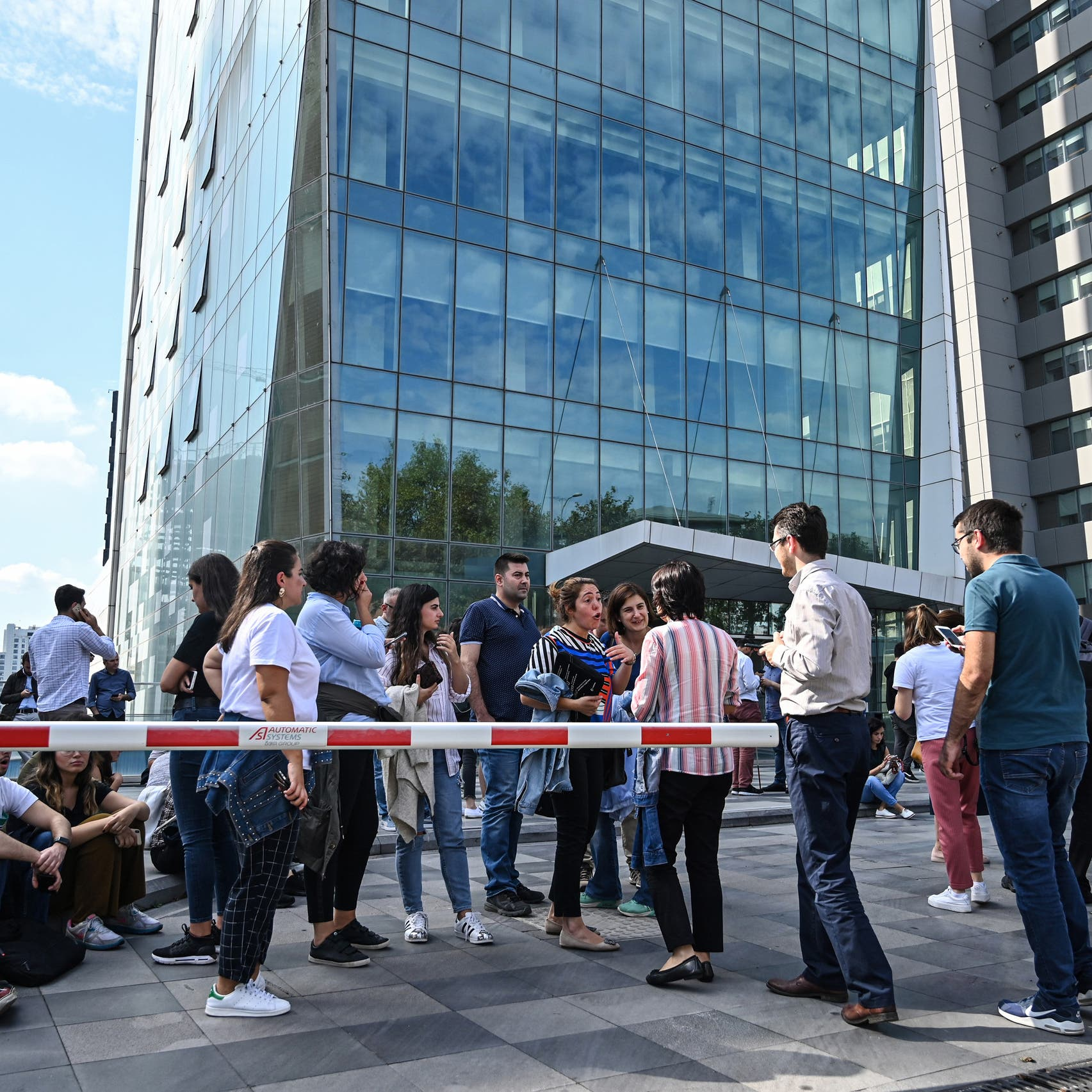 شاهد زلزالاً يهز إسطنبول.. والناس في الطرقات