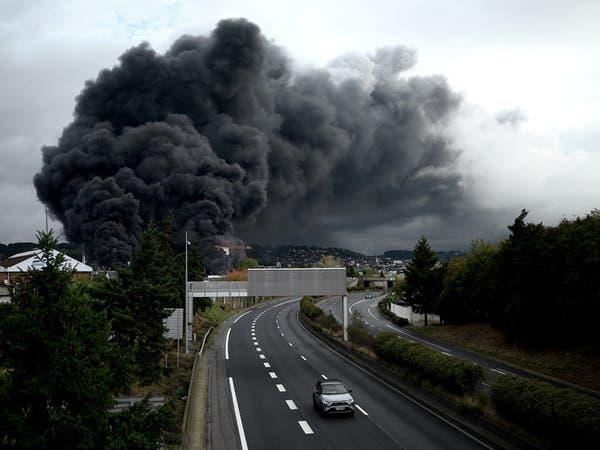 """قلب فرنسا على """"السين"""".. حريق ضخم يلتهم مصنعا كيميائيا"""