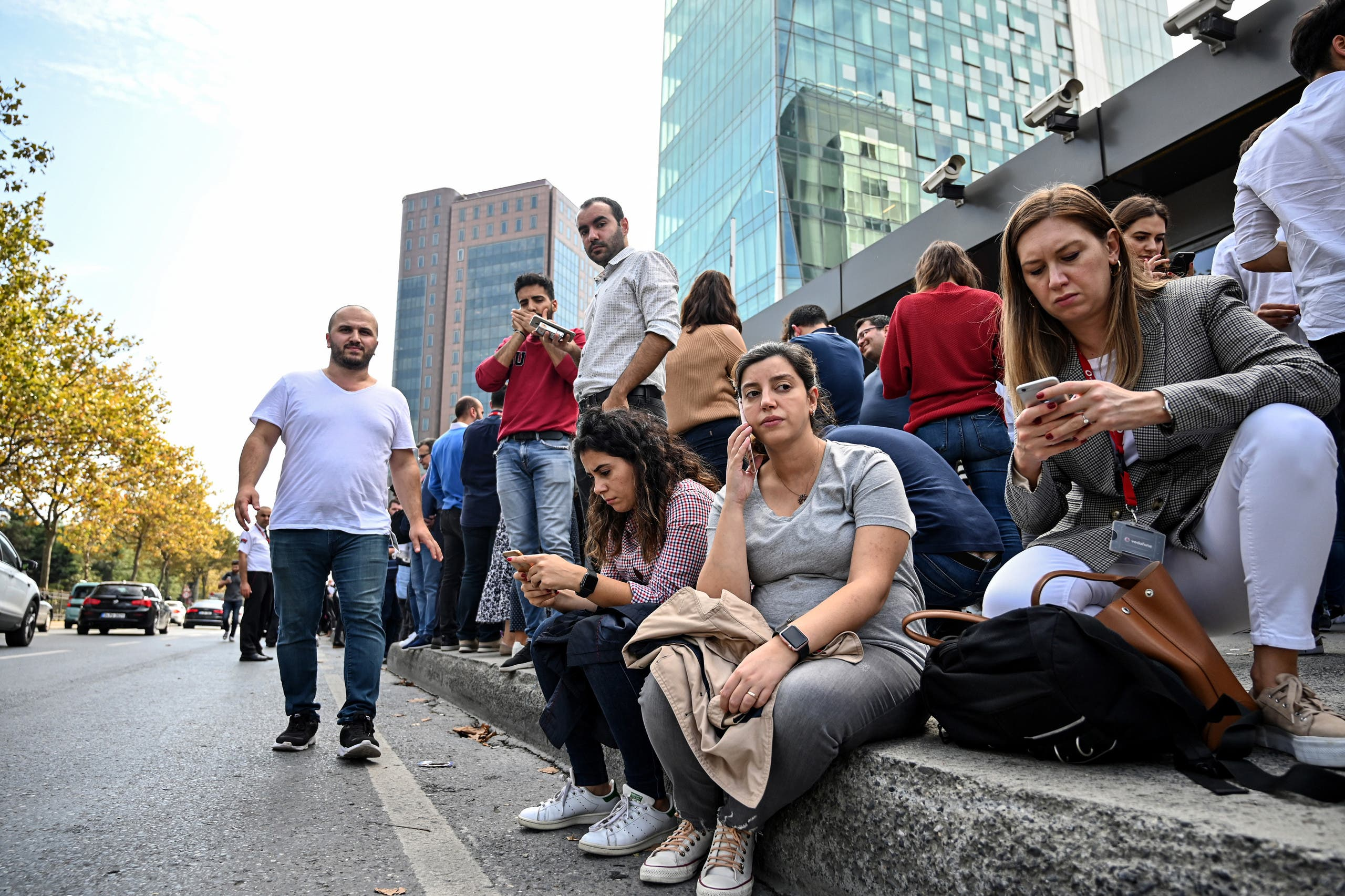 الناس محتشدة في الشارع بعد زلزال اسطنبول (فرانس برس)