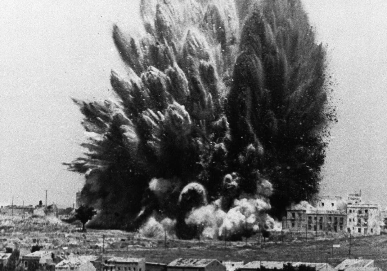 صورة لأحد الإنفجارات التي سببها القصف بمدريد في خضم الحرب الأهلية الإسبانية