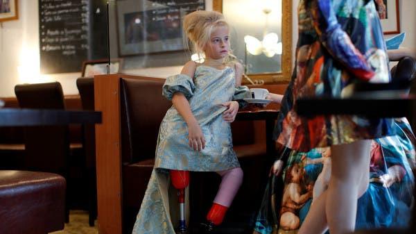 طفلة مبتورة الساقين تصنع التاريخ في أسبوع باريس للموضة