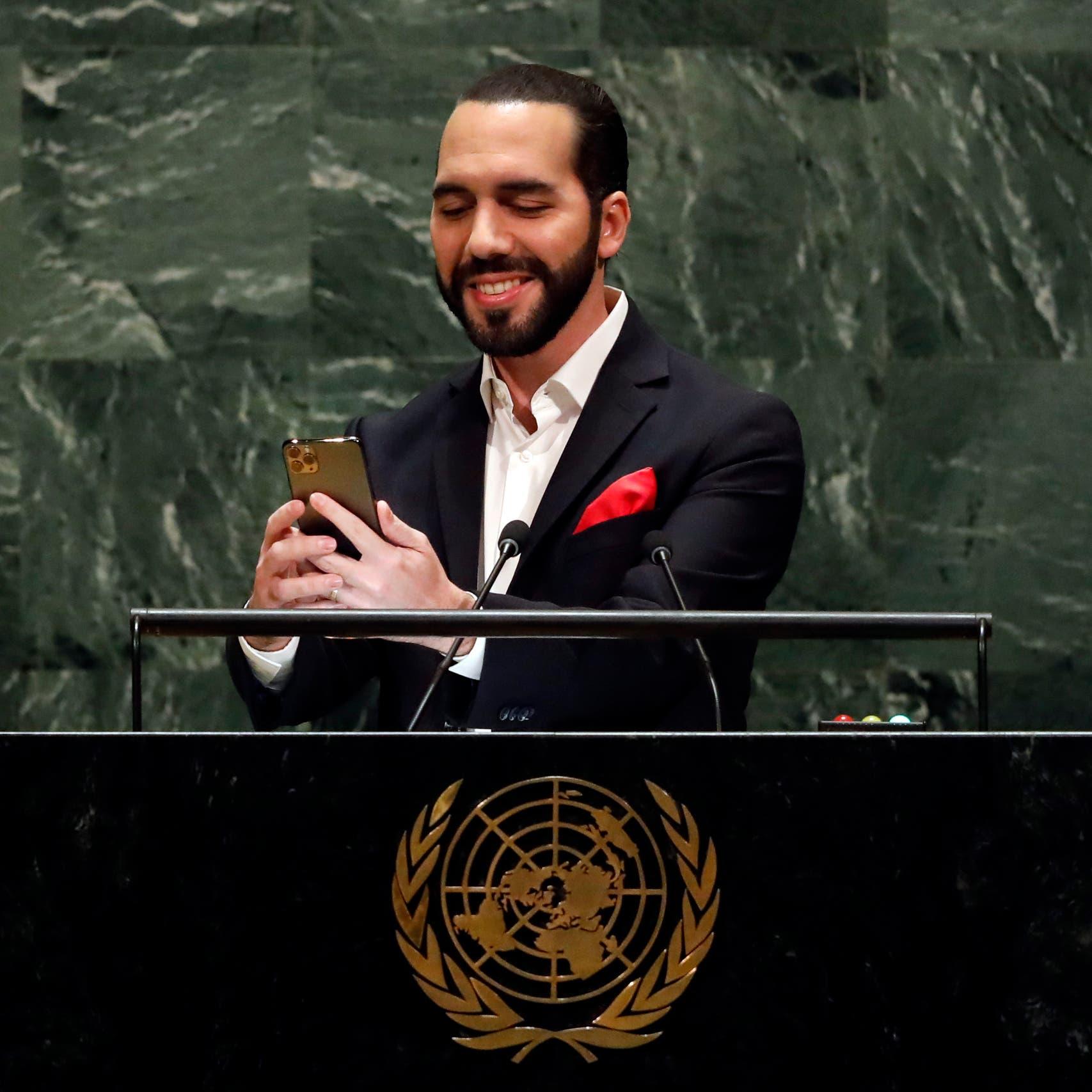 """رئيس السلفادور يلتقط """"سيلفي"""" لنفسه قبل إلقاء خطابه الأممي"""