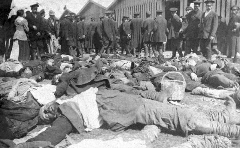 صورة لعدد من ضحايا حادثة التدافع والدهس خلال احتفالات يوم 30 مايو 1896