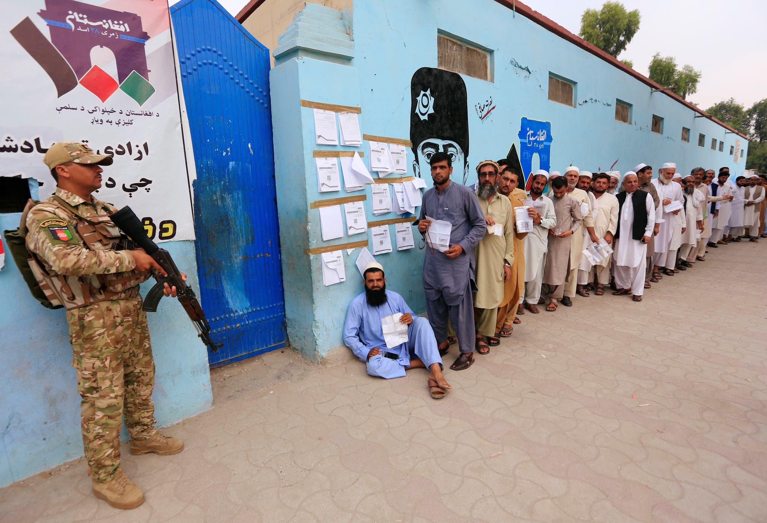 ناخبون يصطفون أمام إحدى اللجان الانتخابية للإدلاء بأصواتهم في جلال آباد