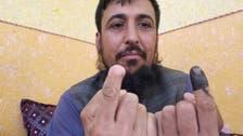 قطعت إصبعه سابقاً.. أفغاني يتحدى طالبان وينتخب