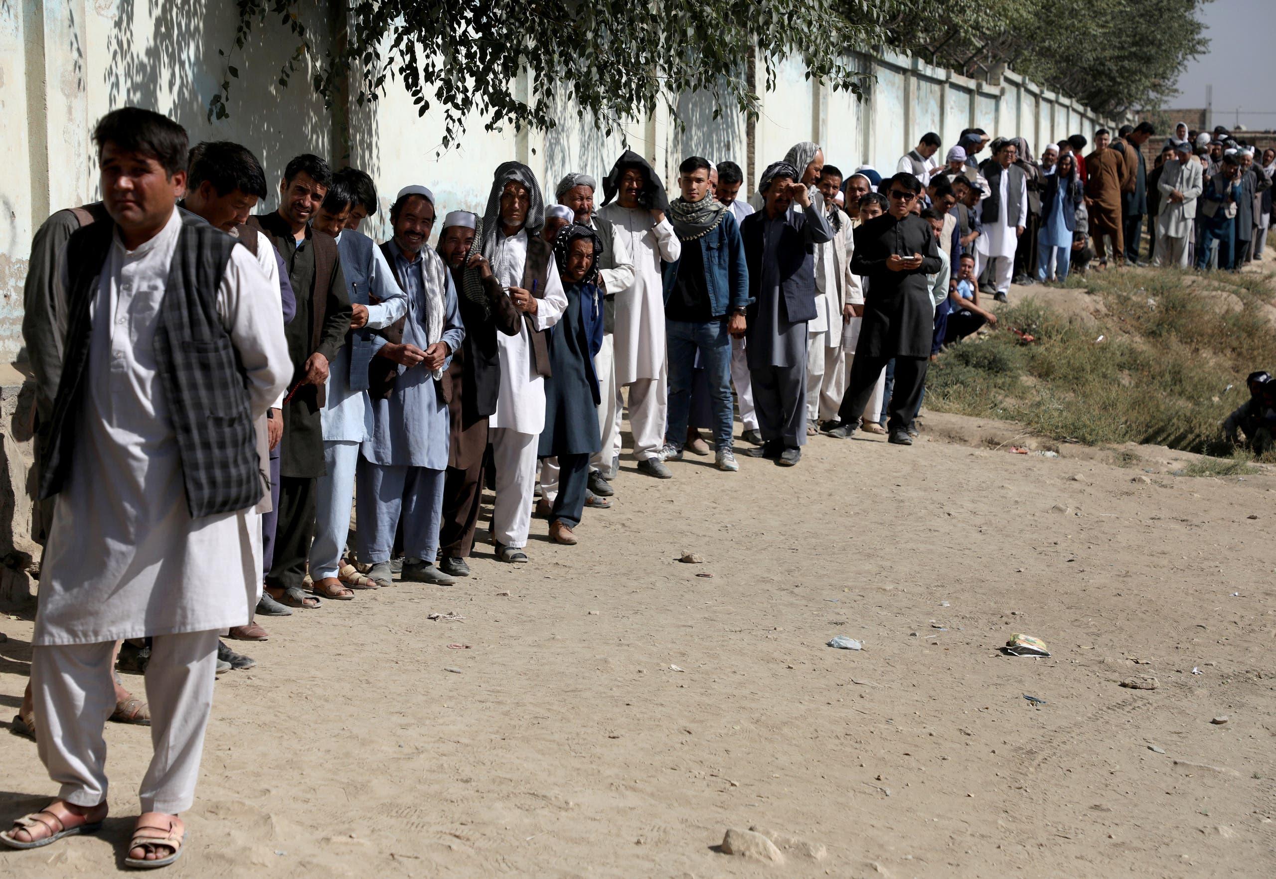 من أمام أحد مراكز الاقتراع في كابول