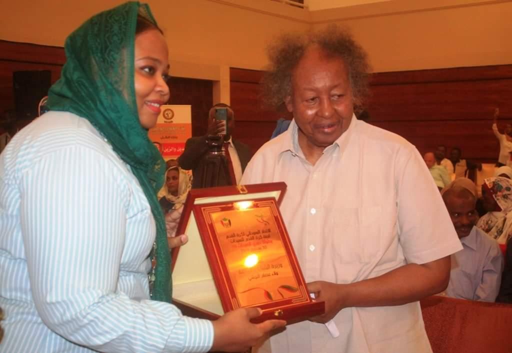 رئيس الاتحاد العام السوداني لكرة القدم، كمال شداد، ووزيرة الرياضة ولاء البوشي