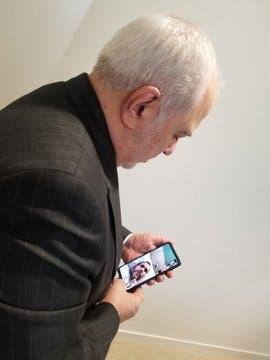 ظريف محادثاً مندوب إيران بالأمم المتحدة في أحد مستشفيات نيويورك