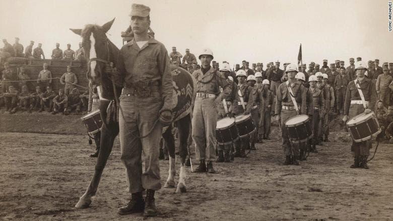 صورة لريكلس في خضم أحد الاستعراضات العسكرية