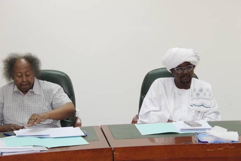 """حميدتي """"على اليمين"""" بجوار كمال شداد رئيس الاتحاد السوداني"""