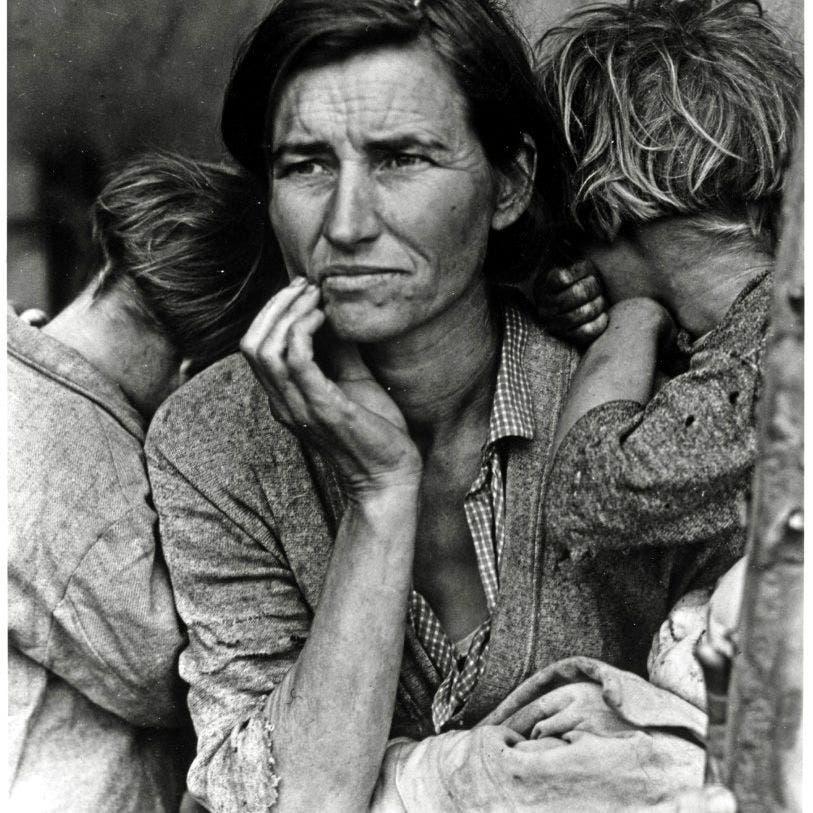 صورة لامرأة بائسة خلال فترة الكساد العظيم بالقرن الماضي