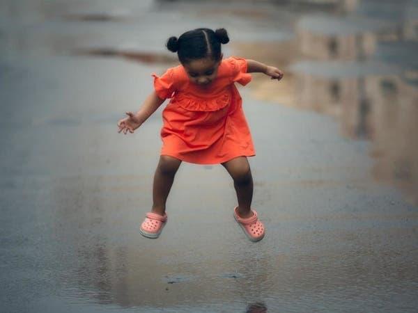 مصور سعودي يرصد فرحة الأطفال في مكة بزخات المطر