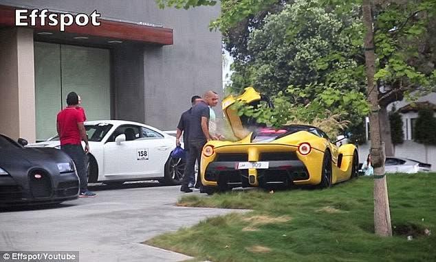 تم رصد قيادته برعونة لسيارة فيراري ذات طلاء أصفر زاهي