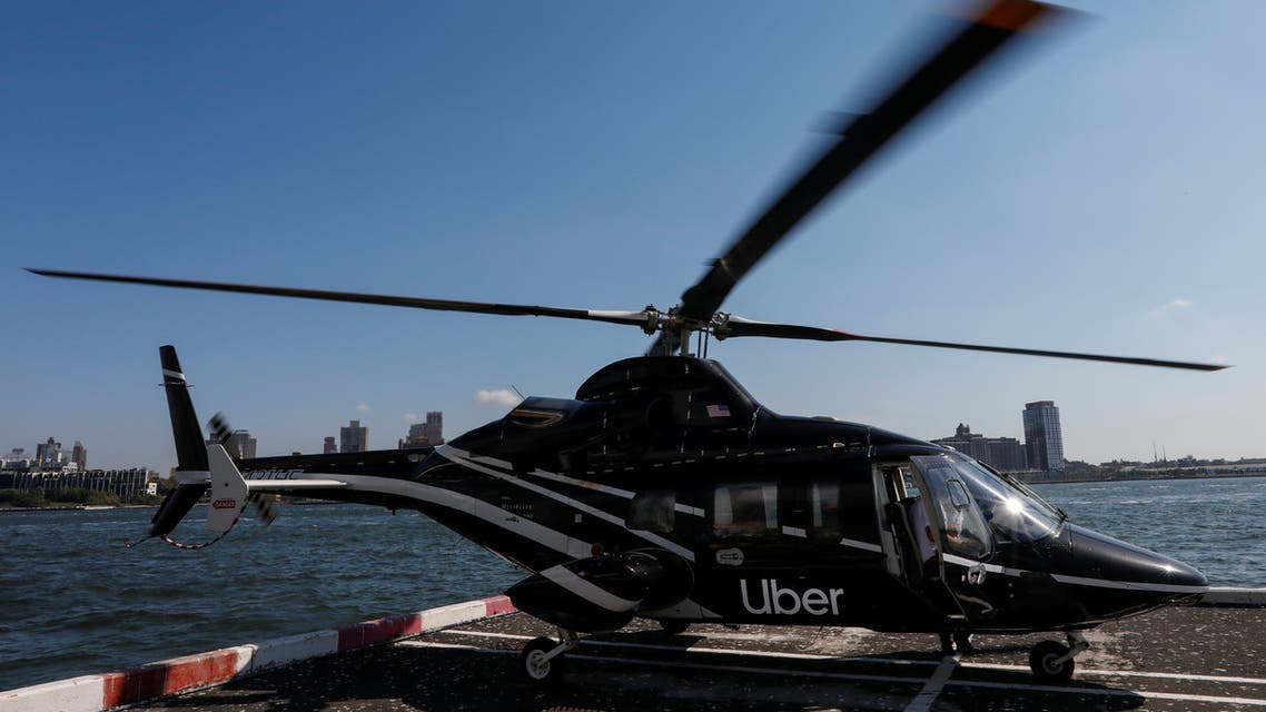 طائرة هليكوبتر تحمل شعار أوبر في مطار جون كنيدي