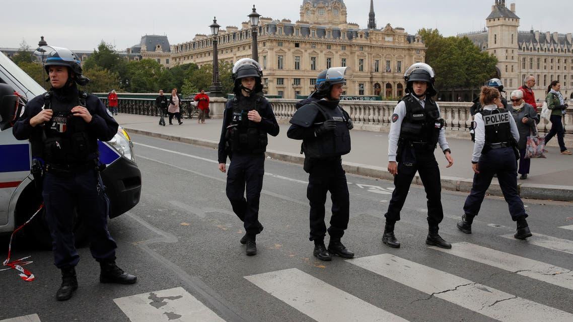 عناصر من الشرطة الفرنسية قرب مقر شرطة باريس