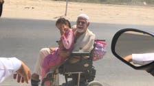معذور باپ کی بیٹی کو وہیل چیئر پراسکول لے جانےکی دل موہ لینے والی تصویر