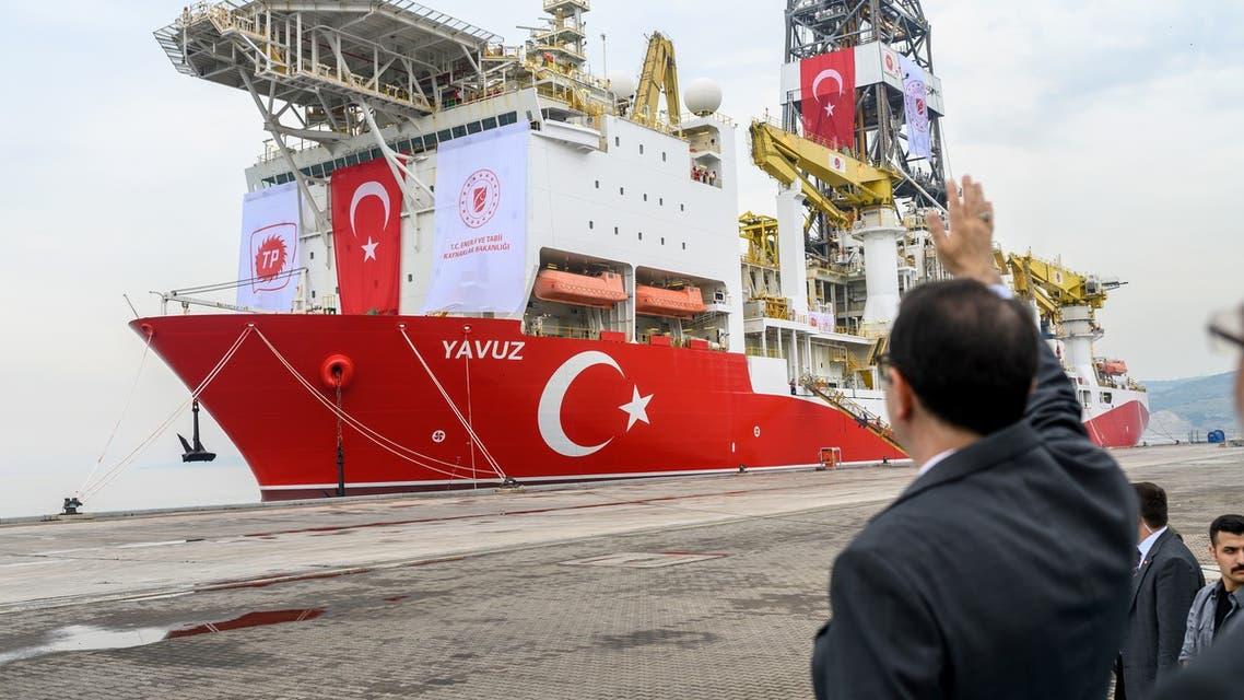 سفينة تركية (فرانس برس) AFP Photo Document reference000_1HO53V SLUGTURKEY - CYPRUS - DIPLOMACY - ENERGY - EU Creation date6/20/2019 CountryISTANBUL, TURKEY CreditBULENT KILIC / AFP File size/pixels/dpi69.63 Mb / 6048 x 4024 / 300 dpi Turkish Energy and Natural Resources Minister Fatih Donmez waves to the drilling ship 'Yavuz' scheduled to search for oil and gas off Cyprus at the port of Dilovasi, outside Istanbul, on June 20, 2019. Turkey is set to send a new ship on June 20 to search for oil and gas off Cyprus, in a move expected to escalate tensions after the EU called on Ankara to stop its illegal drilling activities. The region near the divided island is believed have rich natural gas deposits, triggering a race between Turkey and the internationally recognised Cyprus, which also plans to ramp up its exploratory activities in the eastern Mediterranean.
