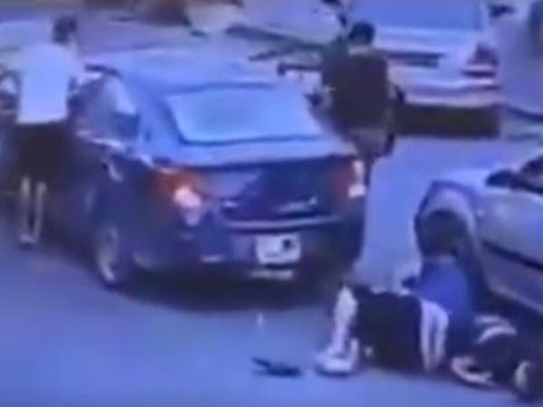 فيديو صادم.. مسلحون يقتلون شابا أمام أعين المارة بطرابس