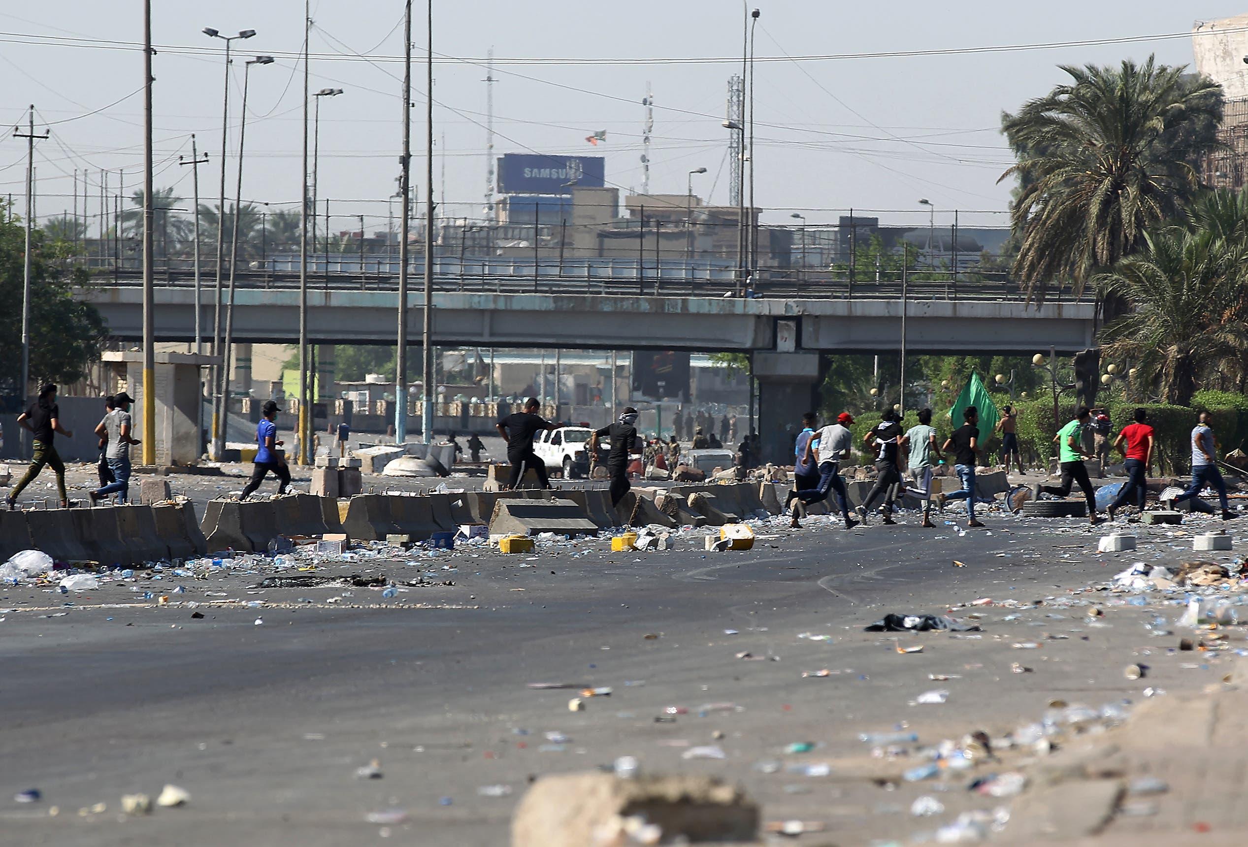 مشهد من العاصمة العراقية بغداد، في يومها الرابع من الاحتجاجات(فرانس برس)