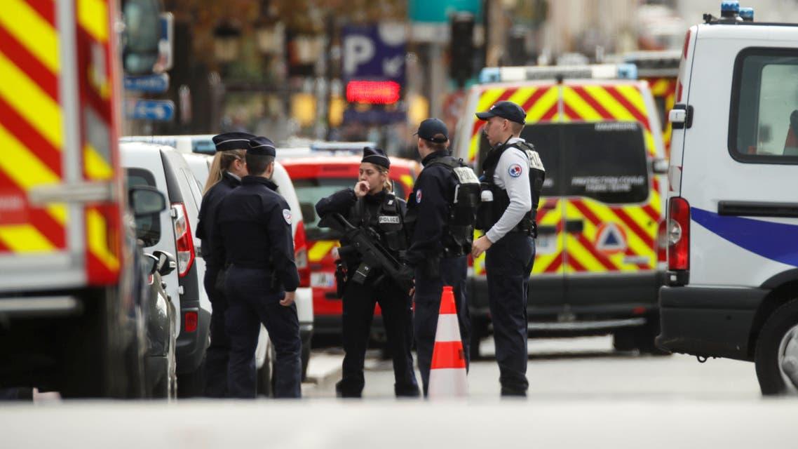 أمام مقر مركز الشرطة في باريس
