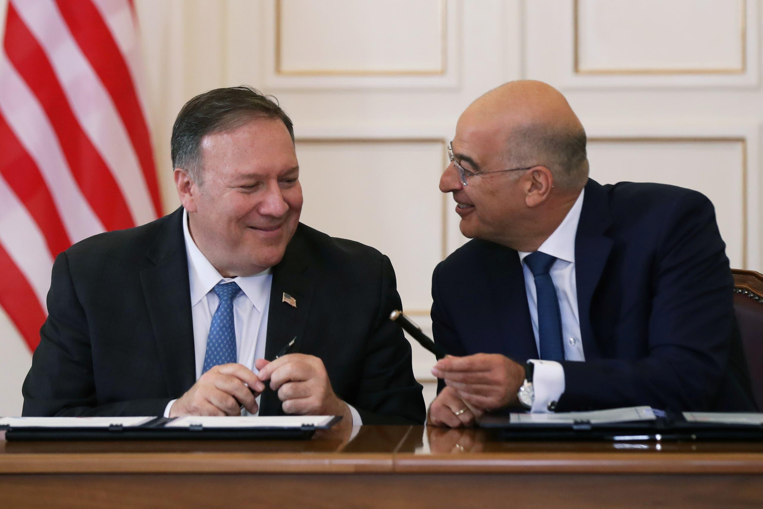 بومبيو مع وزير الخارجية اليوناني