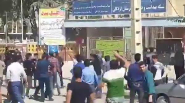 الإيدز يشعل قرية إيرانية.. اشتباكات مع الأمن ورمي حجارة
