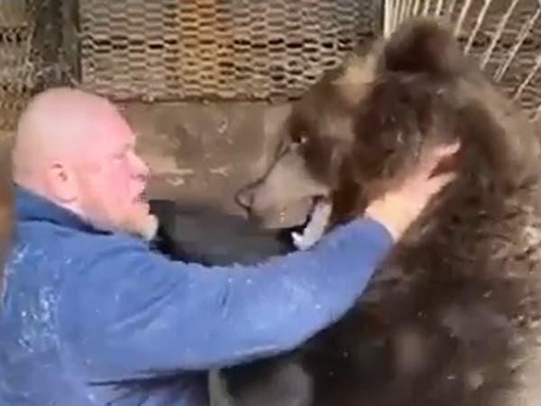 شاهد.. روسي يصارع دباً ويطرحه أرضاً!