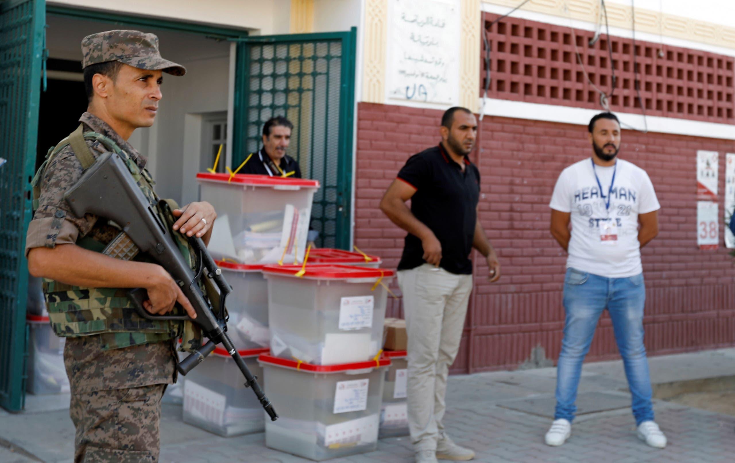 من أمام أحد مراكز الاقتراع قبيل انطلاق التصويت