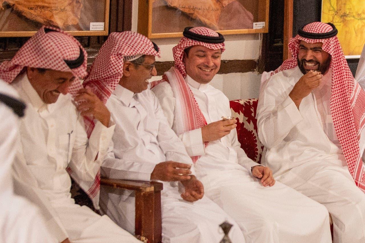 وزير الثقافة مع عدد من الفنانين والمثقفين