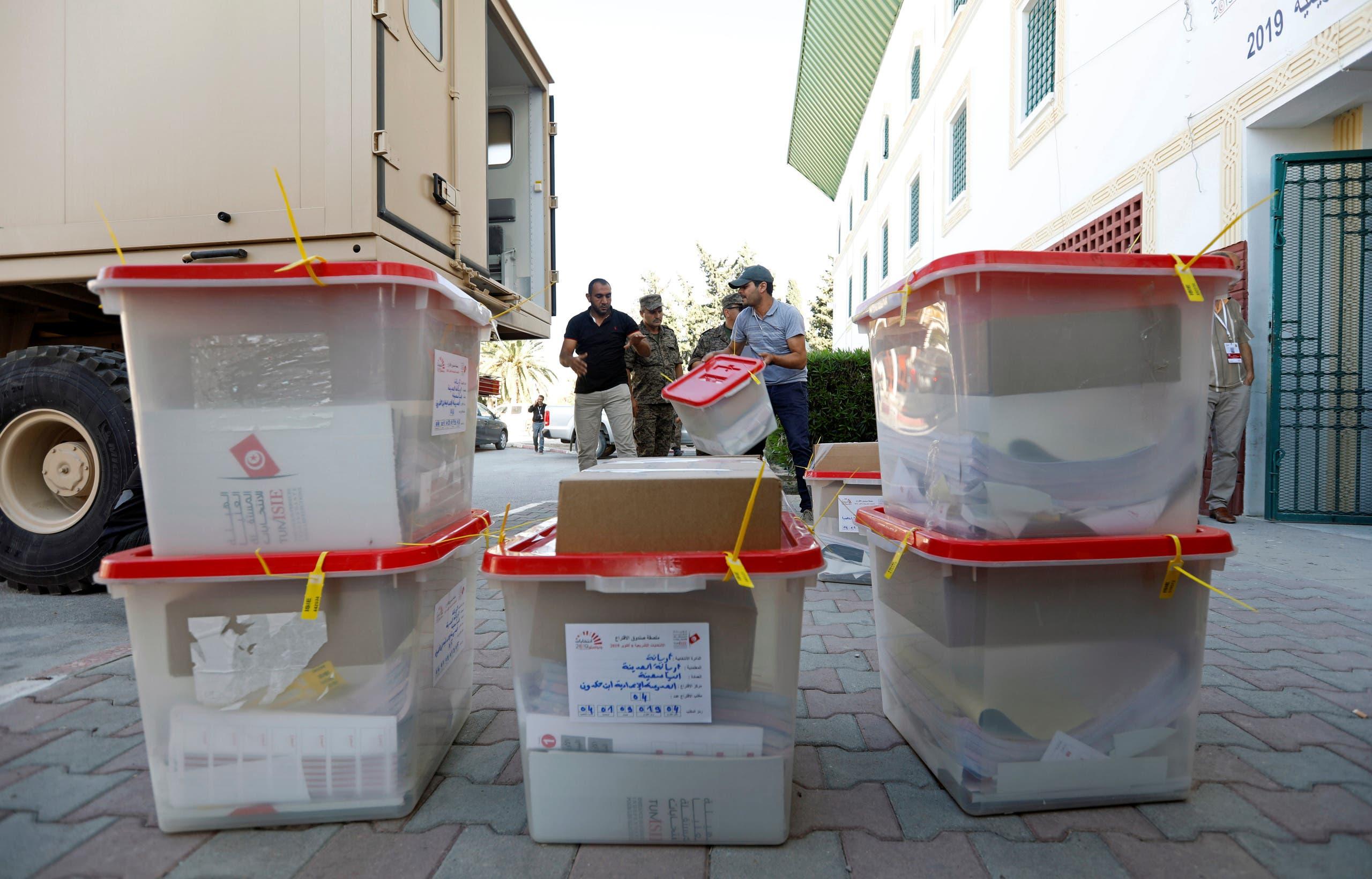 من عملية نقل صناديق الاقتراع قبيل بدء التصويت