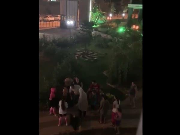 فيديو.. طفل أردني يتعرض للضرب على يد رجل تركي