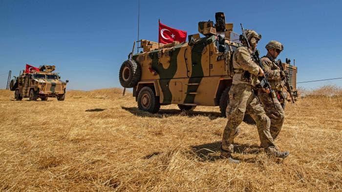 (فرانس برس)جنود أميركيون إلى جانب آلية تركية في شمال سوريا