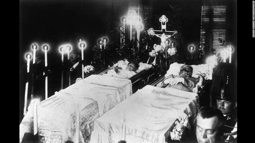 صورة لجثتي ولي عهد النمسا وزوجته عقب عملية الإغتيال