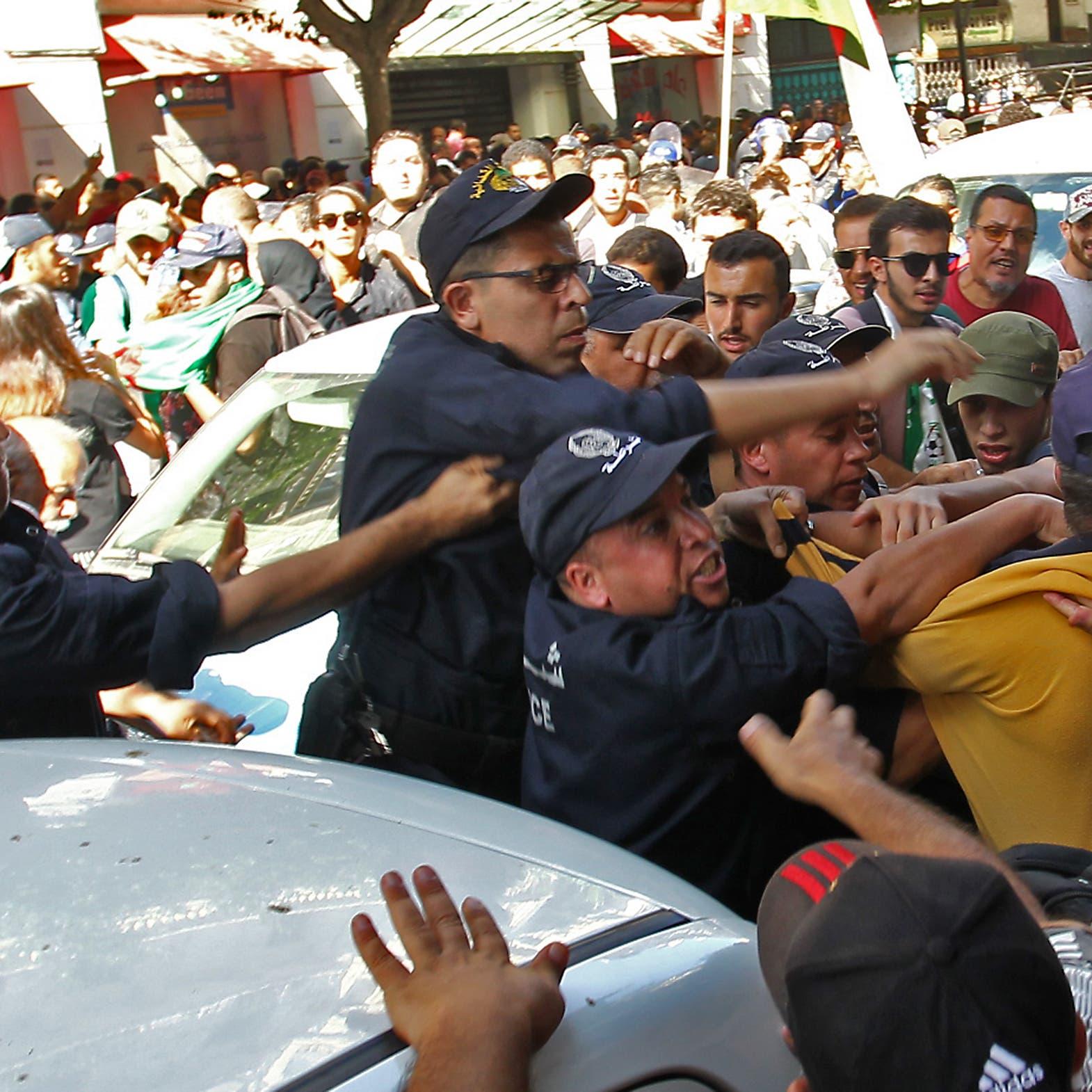 لأول مرة منذ 8 أشهر.. الشرطة الجزائرية تمنع مسيرة الطلبة