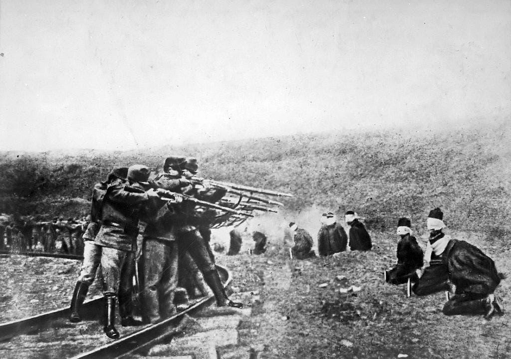 صورة لجنود نمساويين أثناء إعدامهم لعدد من الصربيين سنة 1917
